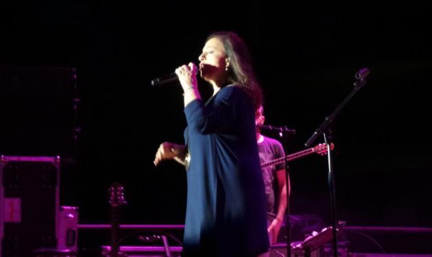 Χάρις Αλεξίου: Έπεσε στη σκηνή, στη συναυλία της στη Σύρο! Βίντεο