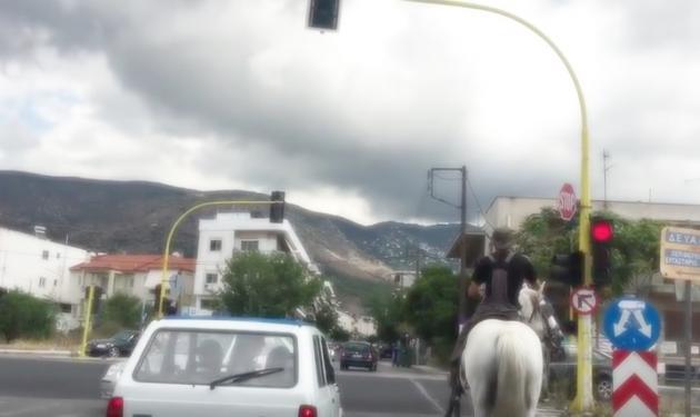 Βόλος: Τρελός καβαλάρης στους κεντρικούς δρόμους της πόλης! Βίντεο | tlife.gr