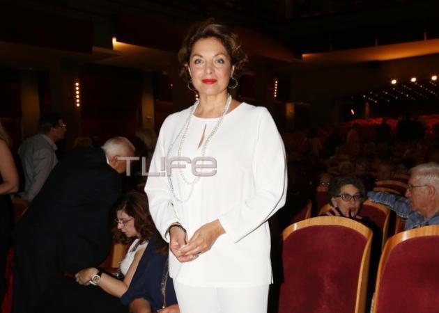 Άντζελα Γκερέκου: Βραδινή εμφάνιση με chic λευκό σύνολο!