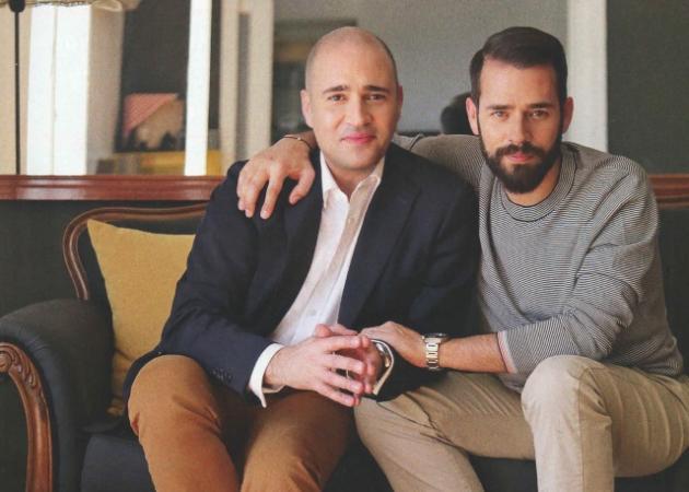Κωνσταντίνος Μπογδάνος: Φωτογραφίζεται με τον αδελφό του Δημήτρη στο μοντέρνο διαμέρισμά του | tlife.gr