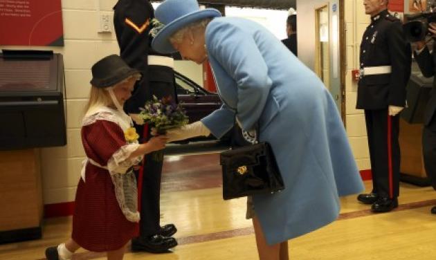 To κοριτσάκι που έφαγε σφαλιάρα για χάρη της… βασίλισσας! Βίντεο