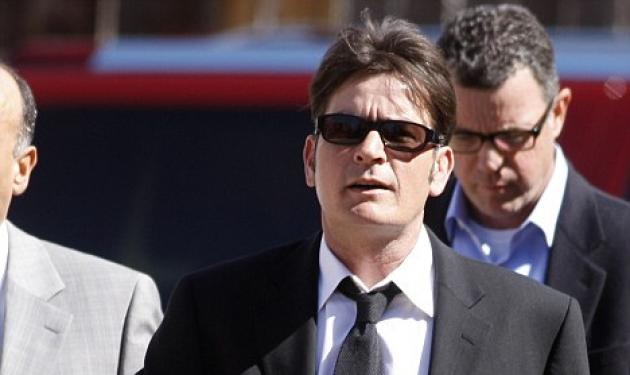 Charlie Sheen: Το σκάνδαλο πουλάει εισιτήρια | tlife.gr