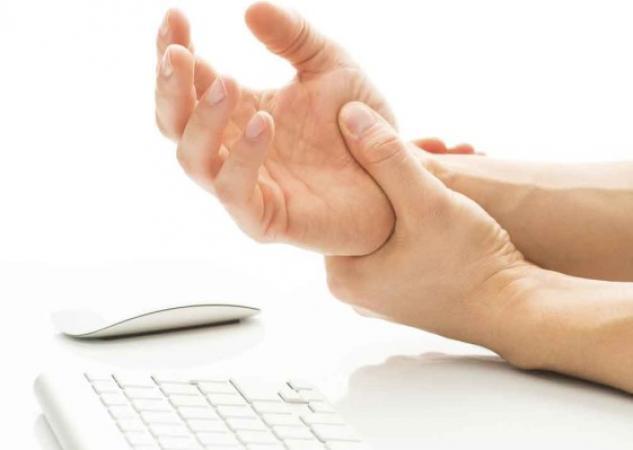 Σύνδρομο καρπιαίου σωλήνα: Ποια δάχτυλα επηρεάζονται – Τι ασκήσεις να κάνεις