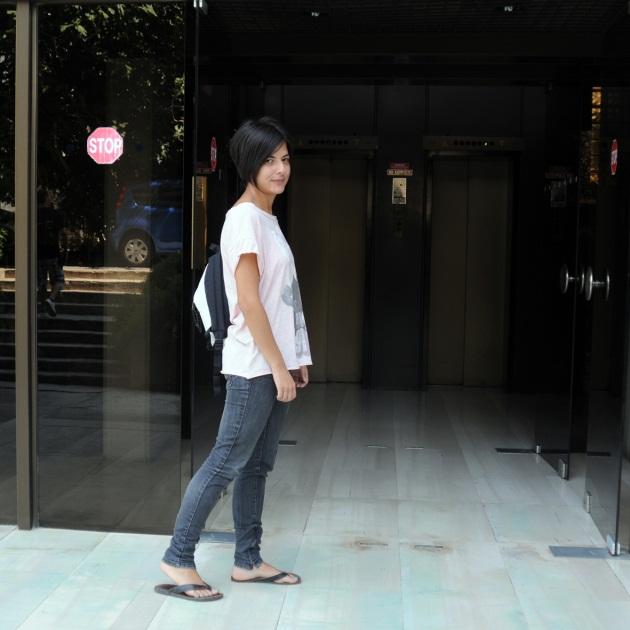 1 | Η Μαρίνα με το ντύσιμο που ήρθε στο studio