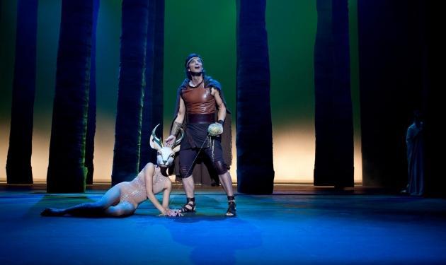 """Το ελάφι που κλέβει την παράσταση στο πλευρό του """"Ηρακλή"""", είναι η σύζυγος Έλληνα παρουσιαστή!"""