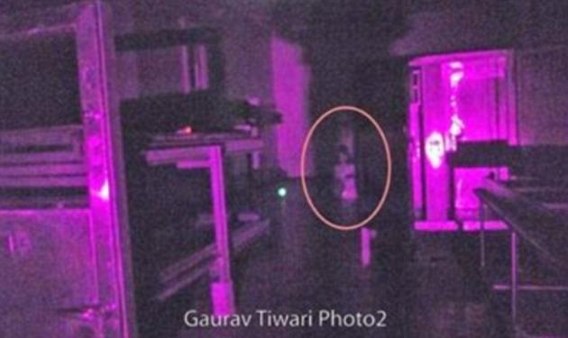 Φάντασμα κοριτσιού, γονατισμένο σε αίθουσα φρενοκομείου! Ανατριχιαστικές φωτογραφίες από κυνηγό φαντασμάτων!