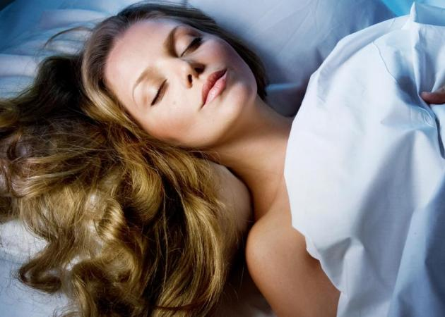 Πώς θα ενυδατώσεις τα μαλλιά σου στον… ύπνο σου!