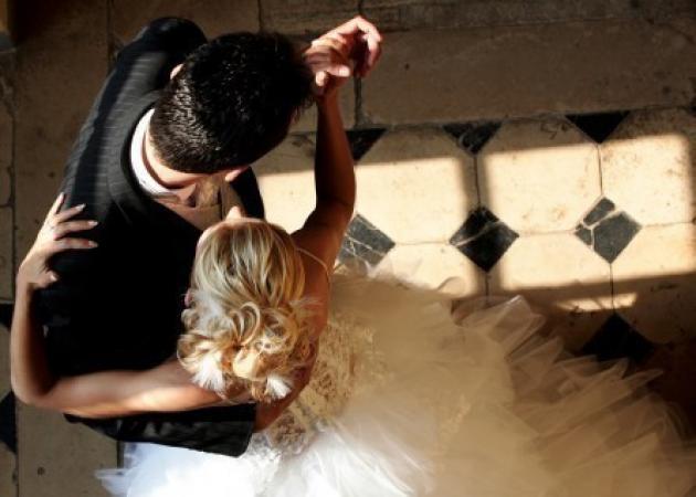 Ρέθυμνο: Γαμπρός και νύφη γνωρίστηκαν στο γάμο τους | tlife.gr