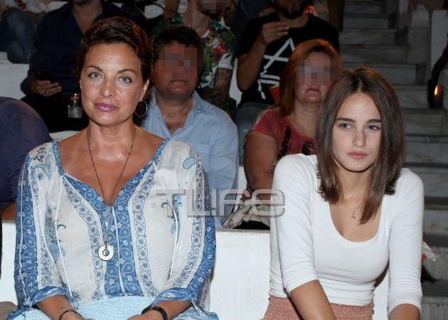 Άντζελα Γκερέκου: Με την κόρη της Μαρία στο Βεάκειο Θέατρο! Φωτογραφίες