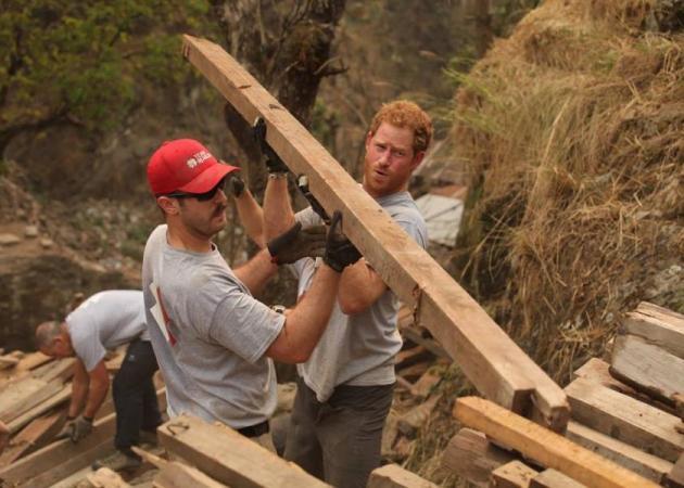 Το άλλο πρόσωπο του πρίγκιπα Harry – Με ομάδα εθελοντών στο Νεπάλ για να βοηθήσει τους σεισμόπληκτους! | tlife.gr