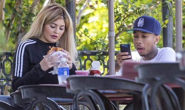 Kylie Jenner: Πήρε δώρο ferrari και πάει για φαΐ… σε μπεργκεράδικο!