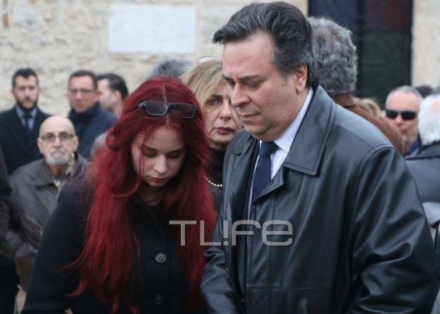 Κηδεία Ευαγγελίας Σαμιωτάκη: Συντετριμμένοι ο γιος και η εγγονή της στο τελευταίο αντίο | tlife.gr