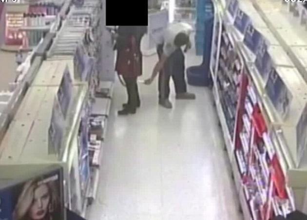 Απίστευτο! Ηδονοβλεψίας πιάστηκε να φωτογραφίζει κάτω από τη φούστα γυναίκας σε μαγαζί! Βίντεο