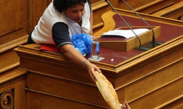 Με γάλα και ψωμί πήγε η Κανέλλη στη βουλή!