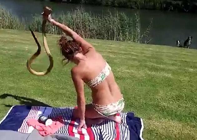 Xαμός με το βίντεο με το κορίτσι που αρπάζει στον αέρα την κόμπρα! | tlife.gr