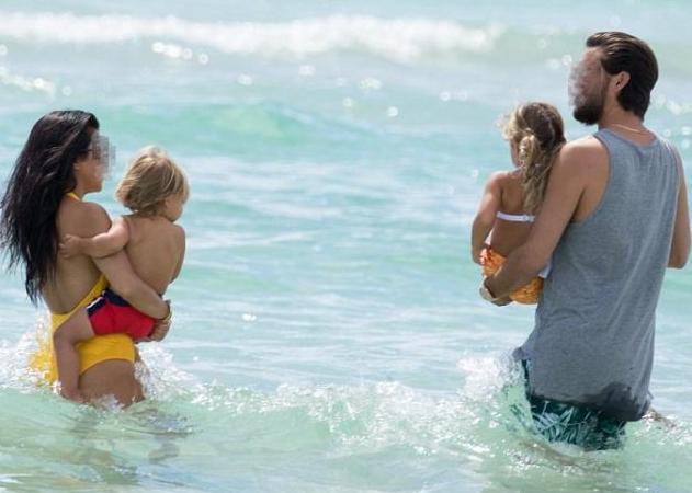 Έχουν τρία παιδιά, χώρισαν κι απαθανατίστηκαν στην παραλία και πάλι μαζί! | tlife.gr