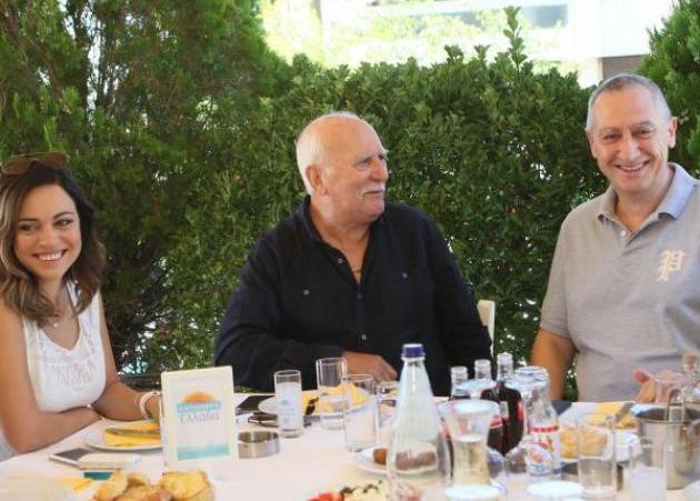 Γιώργος Παπαδάκης: Ήπιε ουζάκι και γιόρτασε τα 28 χρόνια πρωτιάς στον ΑΝΤ1!