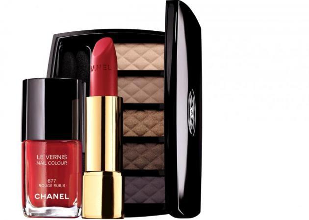 Έφτασε στο γραφείο η χριστουγεννιάτικη συλλογή της Chanel (και δεν έχουμε λόγια)!