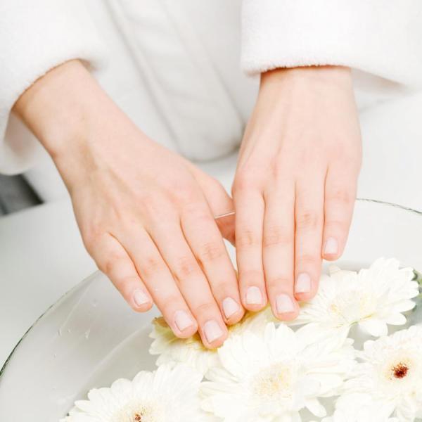 Πώς να βάψεις τα νύχια σου στο παραπέντε | tlife.gr
