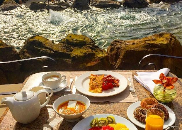 Ποιος Έλληνας παρουσιαστής τρώει αυτό το λαχταριστό πρωινό με αυτή τη θέα; [pics] | tlife.gr