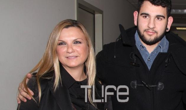 Ο γιος του Πέτρου Φιλιππίδη συνόδευσε τη μαμά του στο θέατρο! Φωτογραφίες   tlife.gr