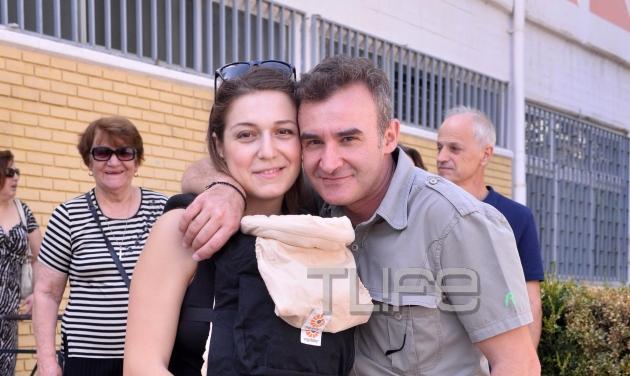 Νίκος Ορφανός: Ψήφισε μαζί με τη γυναίκα του και το νεογέννητο γιο τους! Φωτογραφίες | tlife.gr