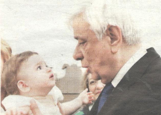 Προκόπης Παυλόπουλος: Τα βαφτίσια της εγγονής του στη Μάνη! Φωτογραφίες | tlife.gr