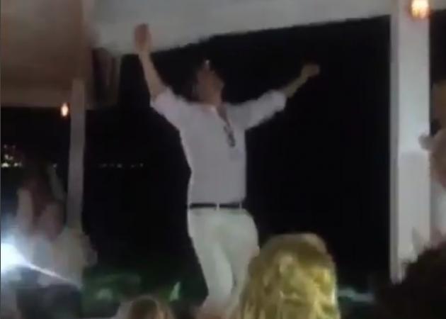 Σε τρελά κέφια ο Παύλος – Ανέβηκε στο τραπέζι και χόρεψε συρτάκι! Video