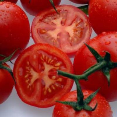 2 | Πλύνε τις ντομάτες και κόψε τις στη μέση