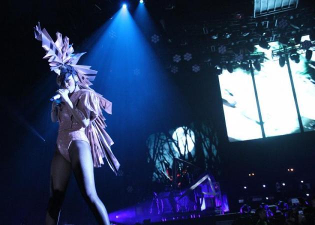Πόσα swarovski φοράει η Rihanna;   tlife.gr