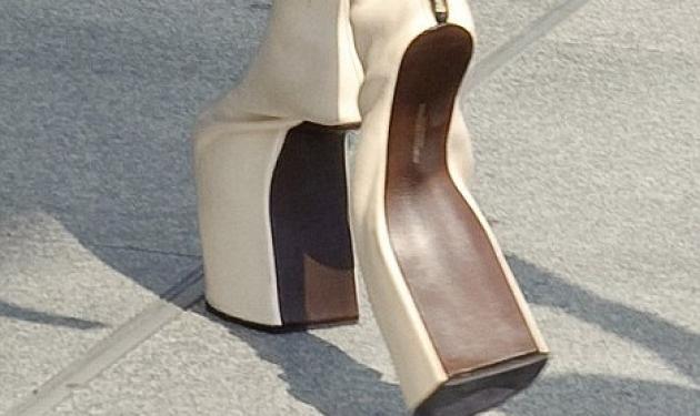 Ποια διάσημη κυκλοφόρησε με αυτά τα παπούτσια; | tlife.gr