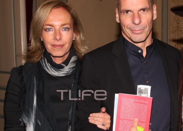 Δανάη Στράτου: Στο πλευρό του συζύγου της Γιάνη Βαρουφάκη, στην παρουσίαση του βιβλίου τoυ! | tlife.gr