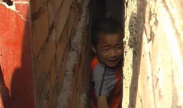 Συγκλονιστικό βίντεο! 5χρονος σφηνώθηκε ανάμεσα σε δυο τοίχους. Δες τη διάσωσή του! | tlife.gr