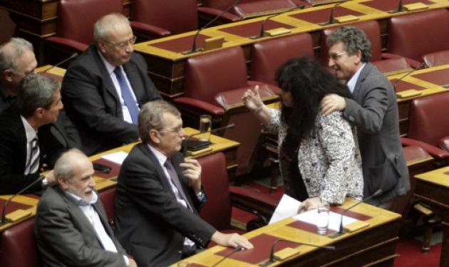 Έξαλλη η Άννα Βαγενά στη Βουλή! Κατευθύνθηκε απειλητικά προς τον Λοβέρδο!   tlife.gr