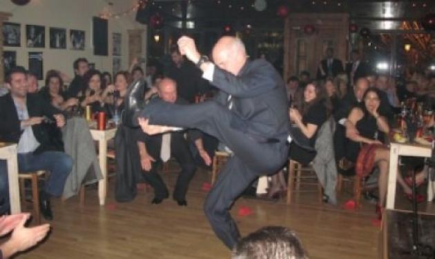 Ο πρωθυπουργός χόρεψε ζεϊμπεκικο στο ρεβεγιόν! Δες το βίντεο | tlife.gr