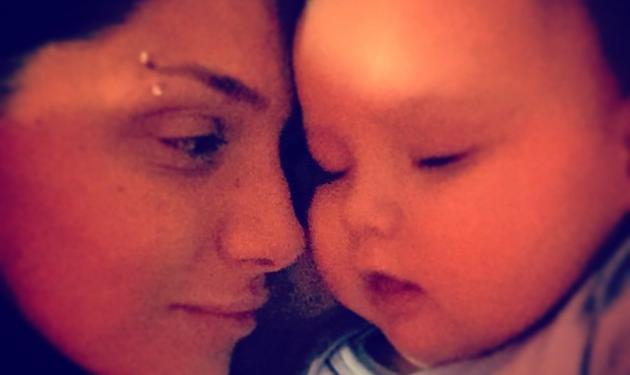 Αγγελική Ηλιάδη: Πέρασε τη νύχτα αγκαλιά με το μωρό της που είναι άρρωστο! Φωτό | tlife.gr