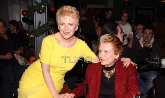 Έλενα Ακρίτα: Αγκαλιά με την μητέρα της στην παρουσίαση του νέου της βιβλίου!   tlife.gr