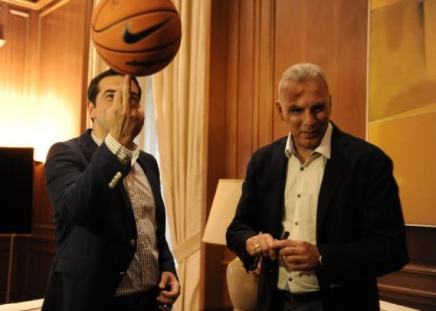 Ο Γκάλης, ο Τσίπρας και τ' άλλα παιδιά; Ο πρωθυπουργός και τα κόλπα του με μια μπάλα μπάσκετ! | tlife.gr