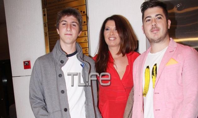 Σ. Αλιμπέρτη: Με τους γιους της στην πρεμιέρα του Γιάννη Πάριου στο Μέγαρο! | tlife.gr