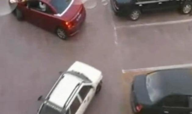 Μία θέση parking για δύο! Δες το βίντεο.   tlife.gr