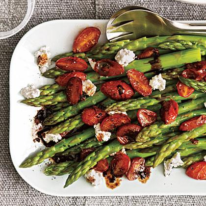 Σαλάτα με σπαράγγια και ντοματίνια σε σος μπαλσάμικου | tlife.gr