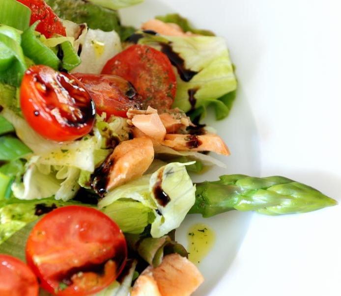 Σαλάτα με σολομό και σπαράγγια