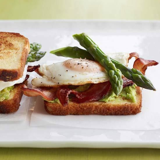 Σάντουιτς με σπαράγγια, αβοκάντο και αυγό