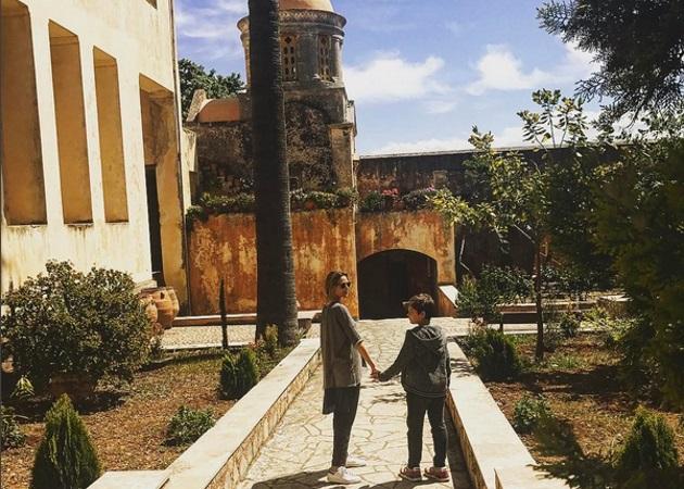 Τζένη Μπαλατσινού: Στην Κρήτη με την καλύτερη παρέα [pics]