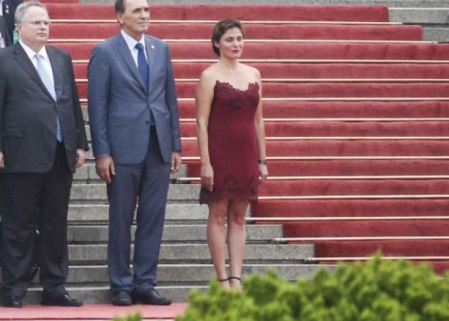 Μπέττυ Μπαζιάνα: Με εντελώς διαφορετικό look στην επίσκεψη στην Κίνα με τον Πρωθυπουργό