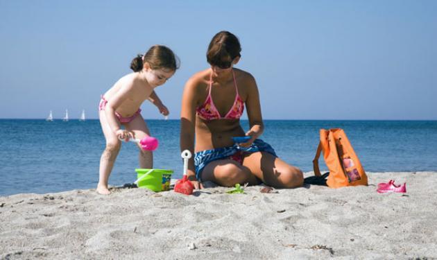Μάνα κατηγορείται ότι  άφησε το παιδί της να καεί από τον ήλιο! | tlife.gr