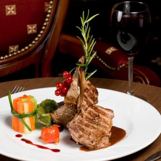 Μοσχαρίσια rib steak με σος beaujolais | tlife.gr