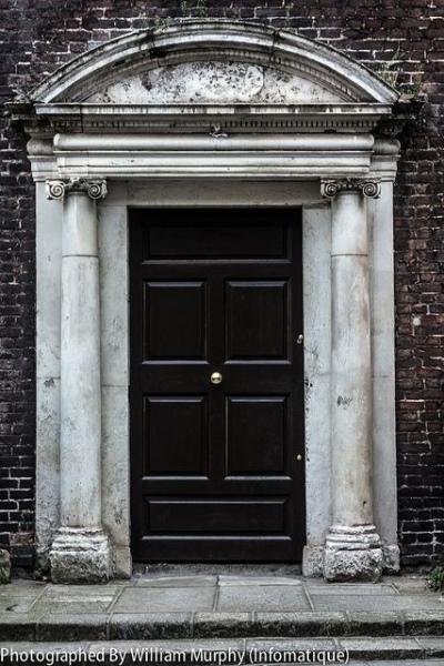 4   Η Μαύρη Πόρτα