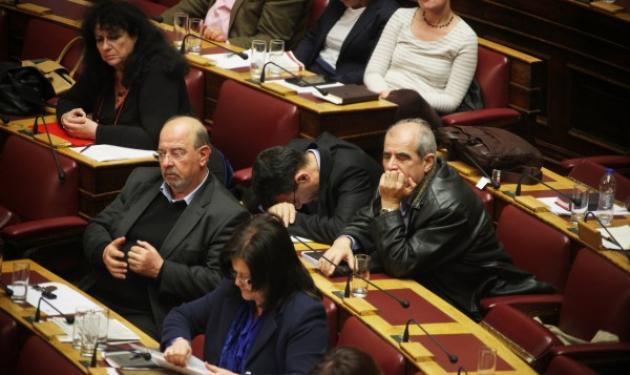 Οι απίστευτες φωτογραφίες με τους… εξαντλημένους βουλευτές – Δεν άντεξαν όλοι τη μαραθώνια συνεδρίαση!   tlife.gr