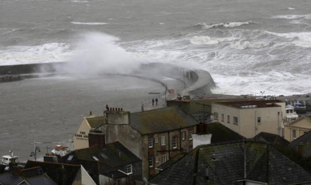 Φονική κακοκαιρία με τρεις νεκρούς στη Βρετανία – Χωρίς ηλεκτρικό πάνω από 100.000 σπίτια